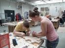 latvių grupė kūrė skulptūrinius pano medžio dirbtuvėse